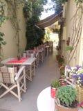 Un restaurante en el aire abierto en un callejón estrecho Fotografía de archivo libre de regalías