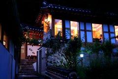Un restaurante en el crepúsculo Foto de archivo