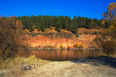 Un reste sur le côté de la rivière Image libre de droits