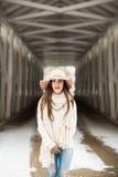 Un retrato adolescente del mayor de High School secundaria que lleva el sombrero flojo en el puente cubierto en invierno Imagen de archivo libre de regalías