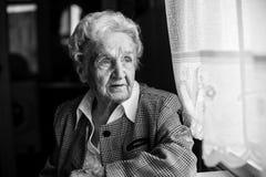 Un retrato blanco y negro de la mujer mayor abuela imagenes de archivo