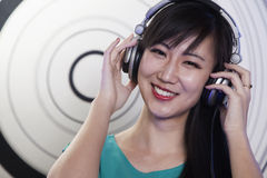 Un retrato de DJ femenino que juega música en un club nocturno Foto de archivo