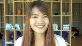 Un retrato de un estudiante universitario asiático que estudia en la biblioteca imágenes del estilo del efecto del vintage Foto de archivo