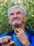 Un retrato de un hombre mayor sonriente fotos de archivo libres de regalías