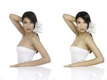 Un retrato de la belleza de una mujer joven que mira sobre su hombro, wi fotos de archivo