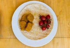 Un retrato de la comida con las pepitas de pollo imagenes de archivo
