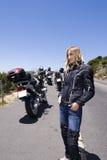 Un retrato de la motocicleta de una mujer hermosa. Imagen de archivo