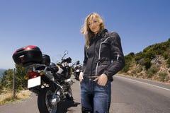 Un retrato de la motocicleta de una mujer hermosa. Fotografía de archivo
