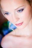 Un retrato de la muchacha con un hombro foto de archivo libre de regalías