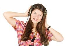 Un retrato de la muchacha en auriculares con el pelo largo Fotos de archivo