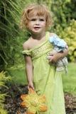 Un retrato de la muchacha enojada del niño en el verano Foto de archivo