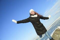 Un retrato de la mujer afuera en la estación del invierno Imagen de archivo libre de regalías