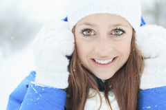 Un retrato de la mujer afuera en la estación del invierno Fotos de archivo libres de regalías
