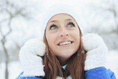 Un retrato de la mujer afuera en la estación del invierno Fotos de archivo