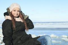 Un retrato de la mujer afuera en la estación del invierno Fotografía de archivo