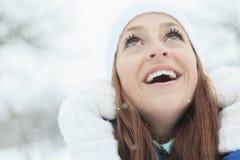 Un retrato de la mujer afuera en la estación del invierno Imagen de archivo