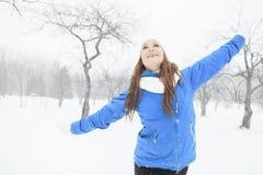 Un retrato de la mujer afuera en la estación del invierno Imágenes de archivo libres de regalías