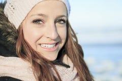 Un retrato de la mujer afuera en la estación del invierno Foto de archivo libre de regalías