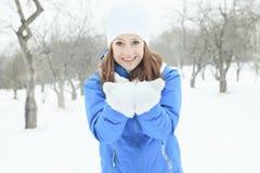 Un retrato de la mujer afuera en la estación del invierno Imagenes de archivo