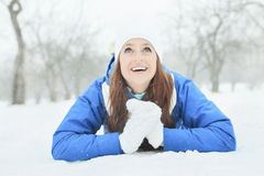 Un retrato de la mujer afuera en la estación del invierno Foto de archivo