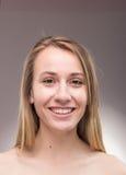 Un retrato de la mujer joven, headshot principal descamisado de la cara Fotos de archivo