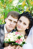 Un retrato de la novia y del novio felices fotografía de archivo libre de regalías