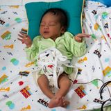 Un retrato de un muchacho de un d?a 42 llevado en un nacimiento del loto A diferencia de beb?s el cord?n umbilical del beb? se de fotos de archivo libres de regalías