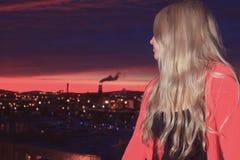 Un retrato de un adolescente en la puesta del sol Fotografía de archivo