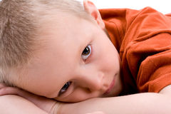 Un retrato de un niño triste Fotos de archivo