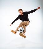 Un retrato de una fan con la bola en fondo gris del estudio Freestile Imagen de archivo libre de regalías