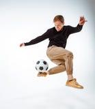 Un retrato de una fan con la bola en fondo gris del estudio Freestile Foto de archivo libre de regalías