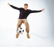 Un retrato de una fan con la bola en fondo gris del estudio Freestile Foto de archivo