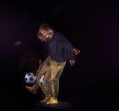 Un retrato de una fan con la bola en fondo gris del estudio Freestile Fotos de archivo libres de regalías
