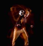 Un retrato de una fan con la bola en fondo gris del estudio Freestile Fotografía de archivo libre de regalías