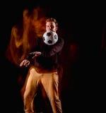 Un retrato de una fan con la bola en fondo gris del estudio Freestile Fotos de archivo