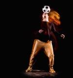 Un retrato de una fan con la bola en fondo gris del estudio Freestile Imagenes de archivo