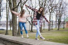 Un retrato de una muchacha adolescente con el pelo largo en un urbano Fotos de archivo