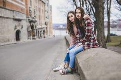 Un retrato de una muchacha adolescente con el pelo largo en un urbano Imagen de archivo libre de regalías