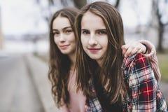 Un retrato de una muchacha adolescente con el pelo largo en un urbano Imágenes de archivo libres de regalías