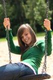 Un retrato de una muchacha magnífica en el oscilación Imagen de archivo libre de regalías