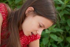 Un retrato de una muchacha que mira abajo Imágenes de archivo libres de regalías