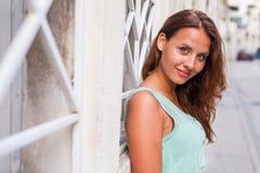 Un retrato de una muchacha, sentándose cerca de la palmera Fotos de archivo