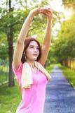 Un retrato de una mujer asiática que hace estirando ejercicio imagenes de archivo