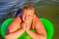 Un retrato de una mujer en un mar Fotos de archivo libres de regalías