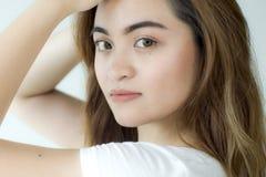 Un retrato de una mujer joven que lleva una camisa blanca Imagenes de archivo