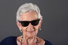 Un retrato de una mujer mayor con los vidrios Imagen de archivo libre de regalías