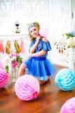 Un retrato de una niña hermosa en un estudio adornó muchos globos del color Imagen de archivo