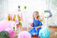 Un retrato de una niña hermosa en un estudio adornó muchos globos del color Fotografía de archivo libre de regalías