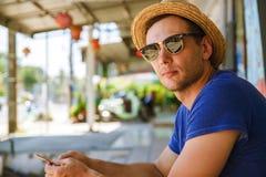 Un retrato de un viajero al aire libre Naturaleza, libertad Moda para los hombres activos imagen de archivo
