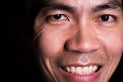 Un retrato del hombre sonriente debido a la felicidad de ser un ganador de lotería La sonrisa es representa un feliz, amistoso y  imágenes de archivo libres de regalías